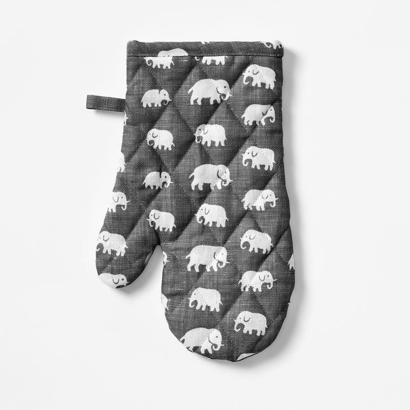 Oven Glove Elefant - Linen, Elefant, Grey | Svenskt Tenn