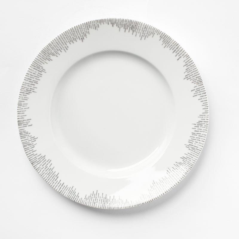 Plate Streck Grey - 26,5 cm, Porcelain | Svenskt Tenn